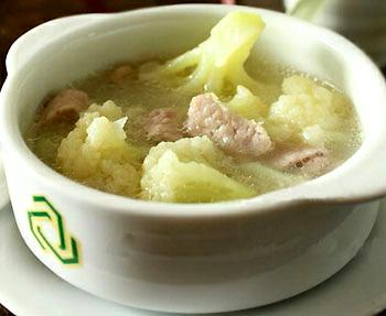 Canh sườn nấu súp lơ