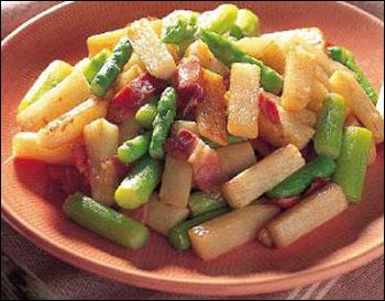 Măng tây xào với khoai tây và thịt ba rọi xông khói